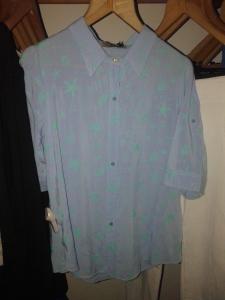 Un hit y una síntesis perfecta: camisa celeste con estrellas de mar.